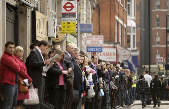 Londone autobusų stotelėse laukė daugybė keleivių