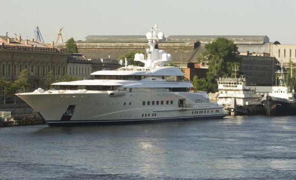 R.Abramovičiaus 115 metrų ilgio jachta Nevos upėje 2008 m.
