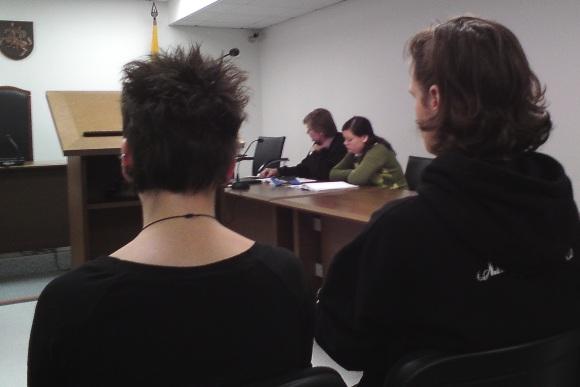 V.Iljinych (sėdi su advokatu) byloje šiandien pasirodžiusią E.Borovikovaitę (kairėje) palaikė jos draugas bei egzekucijos liudytojas T.Laureckis.
