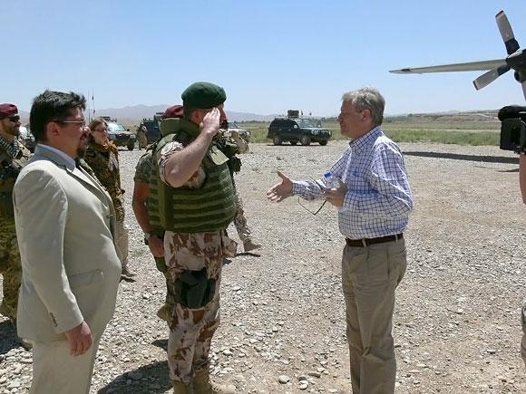 Jaapas de Hoopas Schefferis lanko Lietuvos karius Afganistane