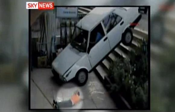 Automobilis nubloškė berniuką nuo laiptų.