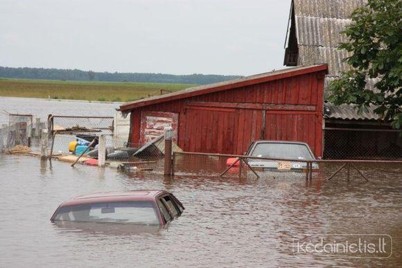 Kėdainių rajone siautėjęs lietus užtvindė namus Siponių kaime.