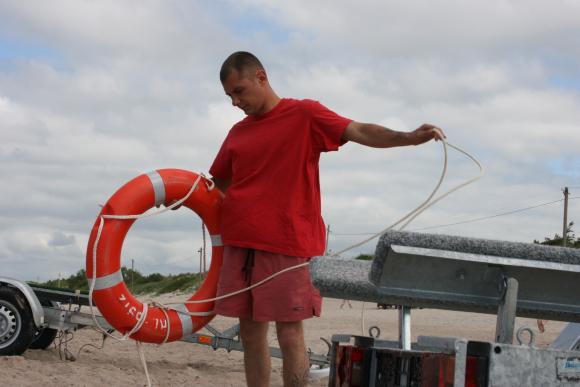 Šešerius metus Klaipėdoje dirbantis gelbėtojas Olegas, pasinaudodamas gelbėjimosi ratu yra padėjęs ne vienam skęstančiajam.
