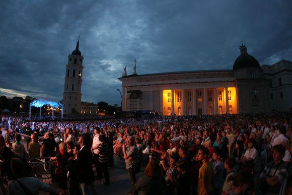 Katedros aikštėje vos tilpo žmonės, norintys pasiklausyti dainų šventės atidarymo koncerto.