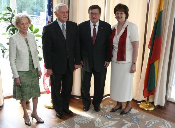 JAV ambasadorius J.A.Cloudas ir Lietuvos prezidentas Valdas Adamkus su žmonomis