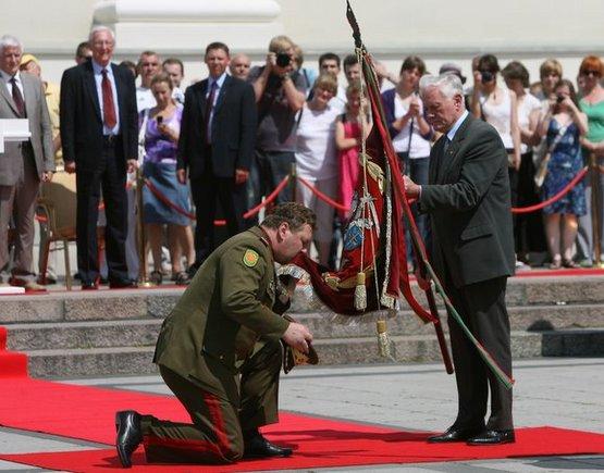 Juliaus Kalinsko/15min.lt nuotr./Valdžios regalijų grąžinimo prezidentui grąžinimo ceremonija