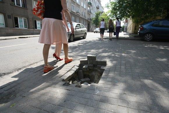 Smegduobė A.Jakšto gatvėje nebaisi, tačiau vairuotojams ir pėstiesiems vis tiek reikia jos pasisaugoti.
