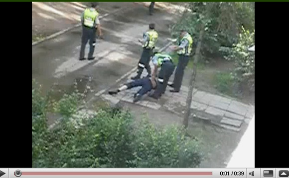 Kauniečiui ėmus filmuoti, pareigūnai pakėlė bėglį nuo žemės ir skubiai išsivedė.
