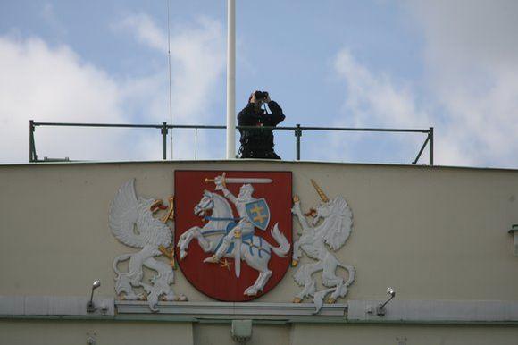 Po iškilmingo vadovų pasitikimo Simono Daukanto aikštėje vidurdienį iškilmingai pakelta Lietuvos vėliava.
