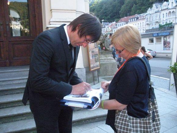 Režisierius Ignas Miškinis dalijo autografus