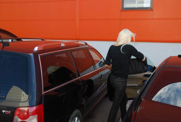 Vairuotoja sėdo prie vairo, bet netrukus persėdo į keleivės vietą.
