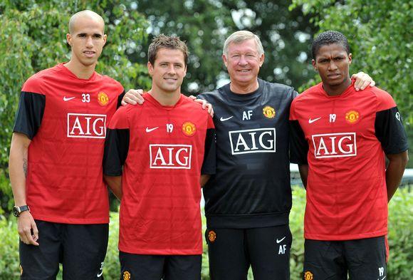 Naujų žaidėjų – G.Obertono (iš kairės), M.Oweno ir A.Valencia - įsigijimui seras A.Fergusonas (antras iš dešinės) šią vasarą išleido 20 mln. svarų sterlingų.