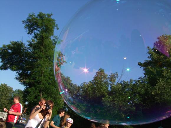 Klaipėdiečiai Atgimimo aikštėje pūtė burbulus.
