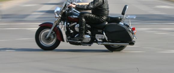 Motociklas susidūrė su visureigiu.