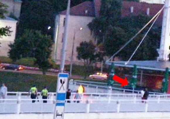Netgi policininkai nedrįso važiuoti pėsčiųjų tiltu, kuriuo drąsiai pasuko juodojo mersedeso vairuotojas.