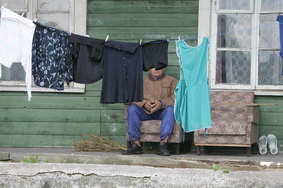 Lietuvoje sunku rasti miestelį ar didesnį kaimą, kurio centras nebūtų nuklotas dėvėtais drabužiais.