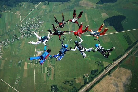 """Kyviškių aerodrome Vilniaus parašiutininkų klubas kartu su krūties vėžio prevencijos projektu """"Nedelsk"""" pasiekė naują rekordą."""