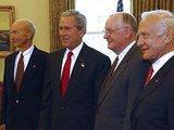 wikimedia.org nuotr./Astronautai Michaelas Collinsas (kairėje), Neilas Armstrongas (antrasis ia deainės) ir Buzzas Aldrinas (deainėje) su tuometiniu JAV vadovu George'u W. Bushu per 35-ąsias  nusileidimo Mėnulyje metines.