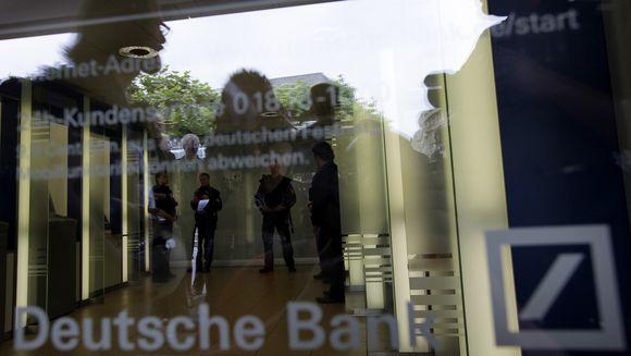 """""""Deutsche Bank"""" kaltinamas dviejų tarybos narių ir vieno akcininko šnipinėjimu."""