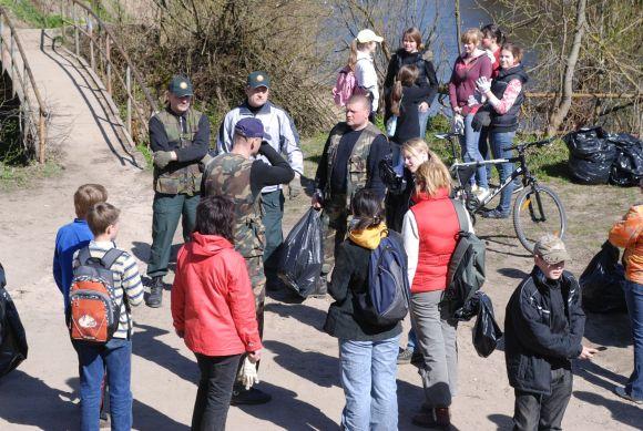 """Pavasarį surengę tvarkymosi akciją """"Darom'09"""", savanoriai rugpjūčio 15 d. kviečia valyti Baltijos pakrantes."""