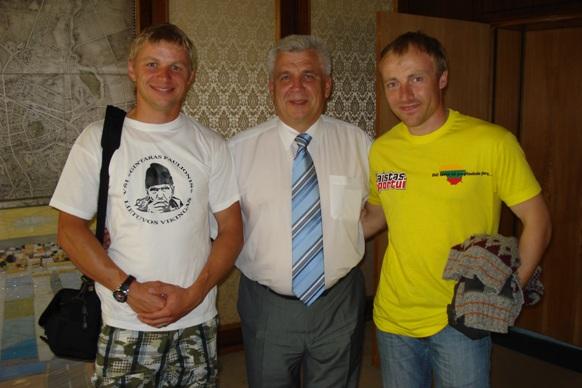 P.Paulionį (kairėje) bei M.Jovaišą (dešinėje) išlydėjęs meras Rimantas Taraškevičius linkėjo visakeriopos sėkmės.
