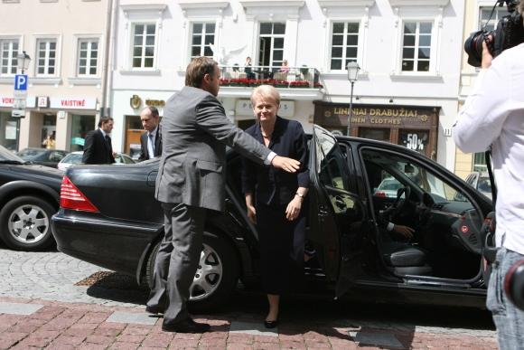 D.Grybauskaitė lipa iš automobilio.