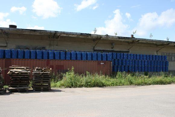 Kol teisininkai, valdininkai ir verslininkai ginčijasi, neprižiūrimi konteineriai su senais pesticidais trūnija Vilniaus Aukštuosiuose Paneriuose