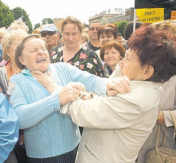Latvijoje sumažinus pensijas 10 proc., pensininkai išėjo į gatves ginti savo teisių. Kai kurie net susimušė.