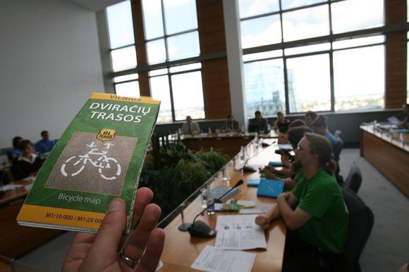 """Vilniaus miesto savivaldybėje miesto valdžia dalinosi dviračių eismo plėtros mintimis su tarptautinio projekto """"Velomanija 2009 Vilnius"""" dalyviais."""