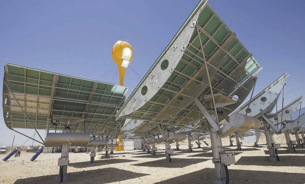 Saulės elektrinėje veidrodžiai nukreipia šviesą į bokštą, kuriame susidaro 1100 laipsnių temperatūra.