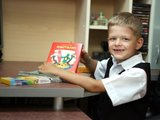 Eriko Ovčarenko/15min.lt nuotr./Būsimas pirmokas Lukas su mama dar tik renkasi mokyklai reikalingas prekes.