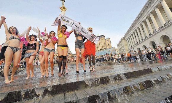 """""""Femen"""" pasirodymas Kijevo centre sulaukė daug dėmesio."""