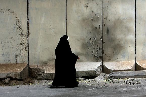 Irakietė eina pro sieną, kurią apgadino pakelės bomba