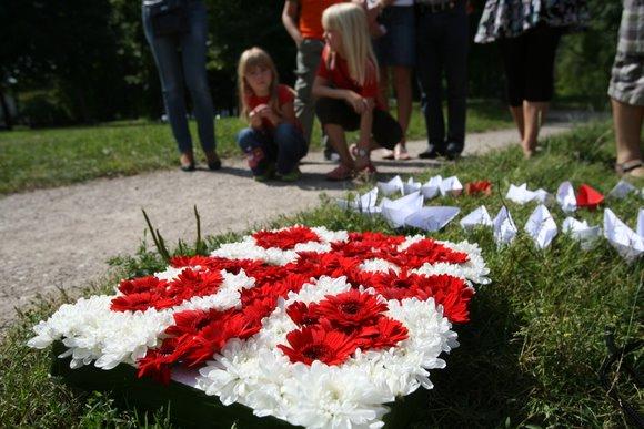 """Šeštadienio popietę priešais Rusijos ambasadą skambėjo gruziniškos dainos, į dangų kilo taiką nešantys balti balandžiai, Lietuvos bei Gruzijos vėliavos – organizacija """"Jaunimas už Gruziją"""" minėjo karo tarp šių šalių metines."""