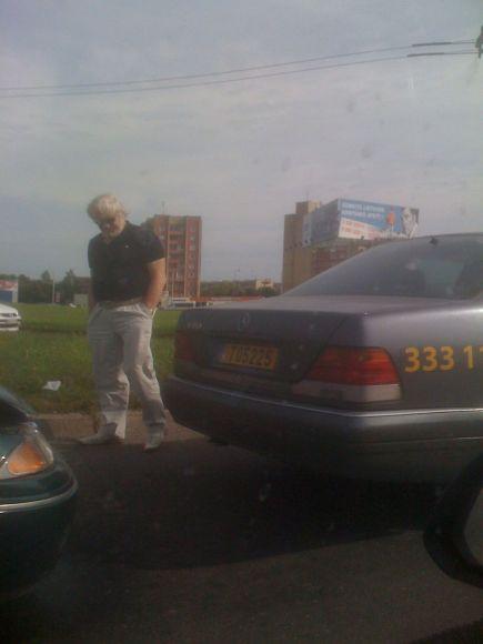 Antradienį Kaune į V.Šustausko vairuojamą taksi automobilį įvažiavo nepatyrusi vairuotoja.