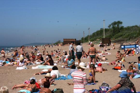 Nuo liepos nelegaliame moterų paplūdimyje pareigūnai nuolat auklėja nuogales, kad jos nebegali čia degintis nuogos.