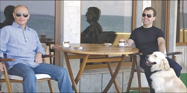 Demonstruodami vienybę V.Putinas ir D.Medvedevas penktadienį gėrė arbatą.