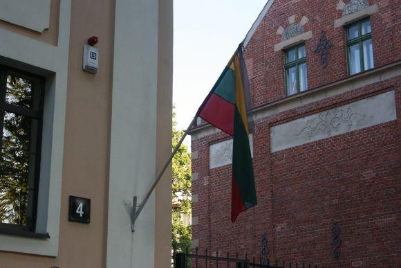 Ant Klaipėdos teritorinės muitinės pastato plevesavo juodu kaspinu perrišta trispalvė.