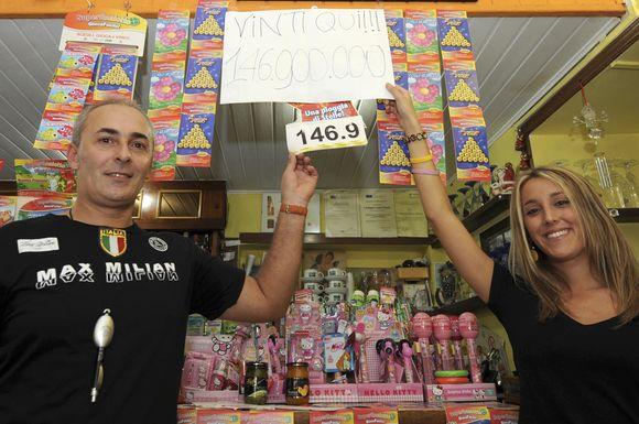 barmenas Giovannino Simonetti, kurio įstaigoje nupirktas laimingasis bilietas, teigia sulaukęs šimtų laiškų ir skambučių.