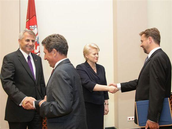 Ambasadoriams rekomenduota susiveržti atlaisvintus diržus.