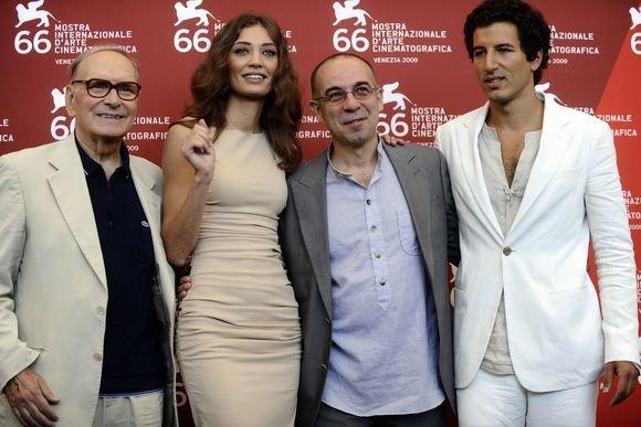 "AFP/""Scanpix"" nuotr./Ennio Morricone (iš kairės), Margareth Made, Giuseppe Tornatore, Francesco Scianna Venecijos kino festivalyje"