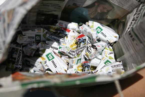 """Šiltą trečiadienio rytą puikiai nusiteikusi """"15min"""" komanda ketvirtojo gimtadienio proga dalijo savo skaitytojams laikraščius."""