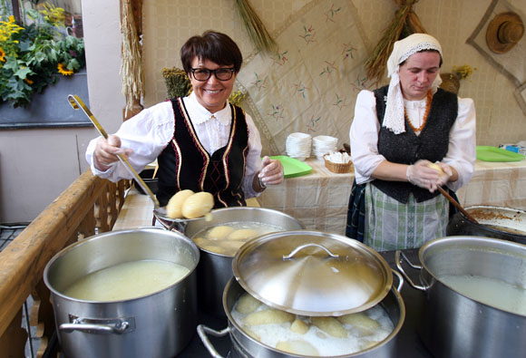"""Restoranų tinklas """"Bernelių užeiga"""" švesdamas dešimties metų jubiliejų surengė šventę """"Lietuvos vardo tūkstantmečio proga - 1000 cepelinų Kaunui!"""""""