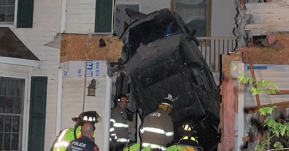 """Girto vairuotojo vairuojamas """"Jeep"""" įsmigo į amerikiečio namą."""