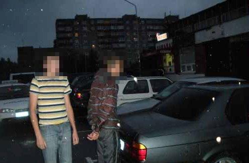Policininkai sulaikė įtariamuosius.