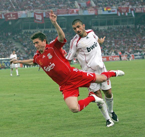Šiais laikais net ir aukščiausio lygio futbolininkai dažnai griūna be didesnio kontakto su varžovu