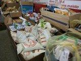 """Juliaus Kalinsko/""""15 minučių"""" nuotr./Paskutinę dieną galiojančius maisto produktus iš 15 sostinėje įsikūrusių IKI parduotuvių surenka """"Maisto banko"""" automobiliai. Iki pietų tie produktai atitenka skurstantiems."""