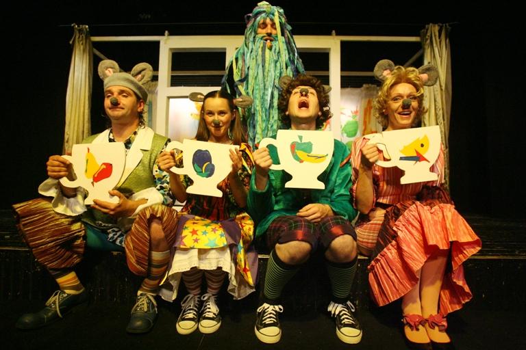 """Valstybinis jaunimo teatras naują, jau 45-ąjį, sezoną pradėjo savaitgalį pristatydamas režisieriaus Arnoldo Jalianiausko spektaklį vaikams """"Paika pelytė""""."""