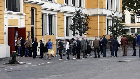 Rinkėjų eilė prie balsavimo apylinkės Osle