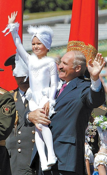 A.Lukašenka per Baltarusijos nepriklausomybės šventę liepos 3 dieną su išpuošta mergaite.